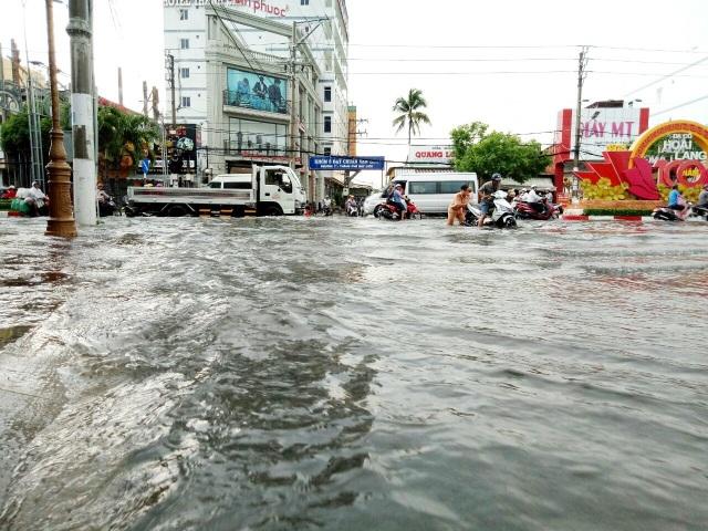 Đường phố Bạc Liêu biến thành sông sau trận mưa lớn - 11
