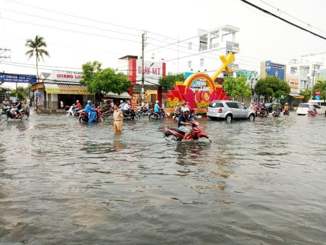 Đường phố Bạc Liêu biến thành sông sau trận mưa lớn - 4