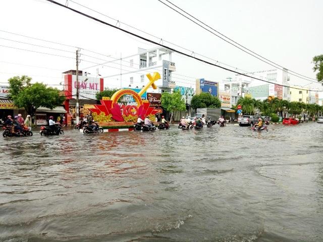 Đường phố Bạc Liêu biến thành sông sau trận mưa lớn - 1