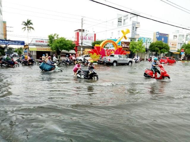 Đường phố Bạc Liêu biến thành sông sau trận mưa lớn - 2