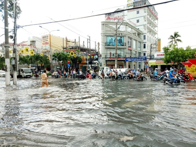 Đường phố Bạc Liêu biến thành sông sau trận mưa lớn - 5