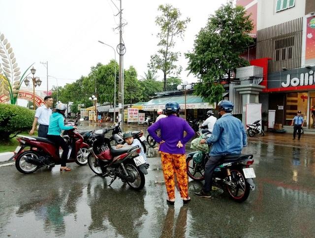 Đường phố Bạc Liêu biến thành sông sau trận mưa lớn - 7