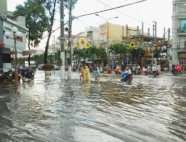 Đường phố Bạc Liêu biến thành sông sau trận mưa lớn - 10