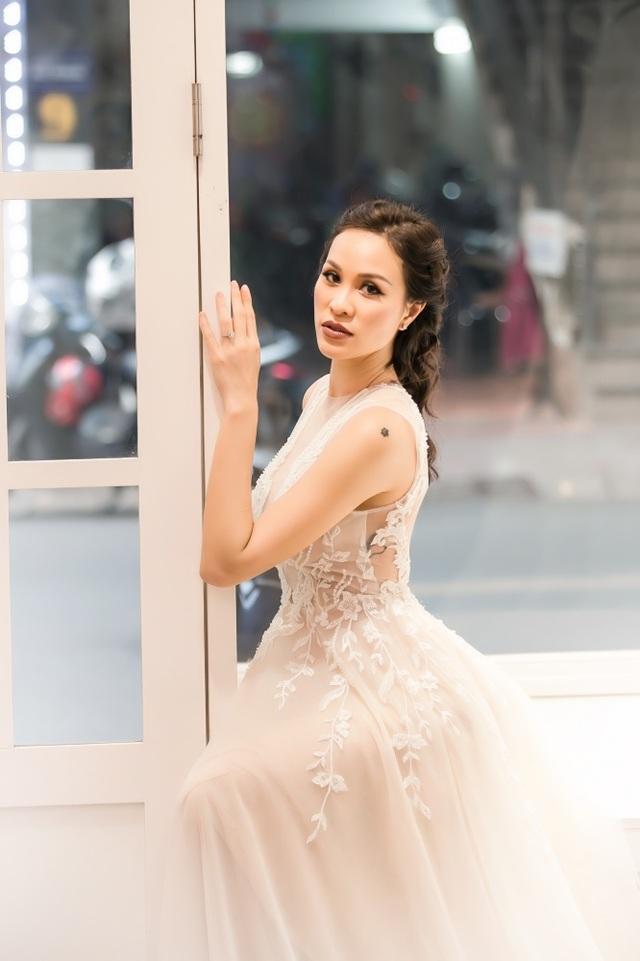 Lấy chồng Tây, MC nóng bỏng nhất nhì showbiz Việt áp lực nhất điều gì?,đá ủi