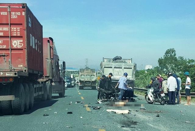 Hai thanh niên tử nạn sau cú đối đầu với xe ben  - 2