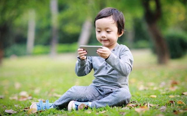 Bé gái 2 tuổi bị cận thị nặng vì cha mẹ cho xem smartphone quá nhiều - 1