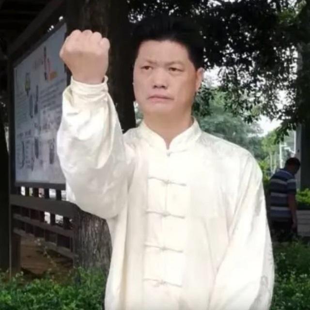 """Clip """"võ sư Trung Quốc xin thua rồi bất ngờ đánh lén đối thủ"""" khiến dân mạng chê cười - 1"""