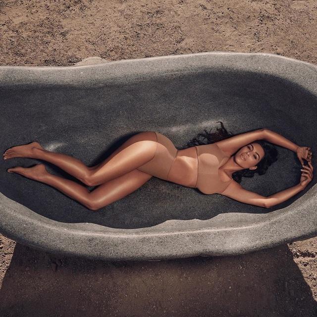 Kim Kardashian trẻ trung với tóc ngắn - 5