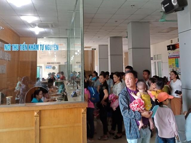 Nắng nóng, mỗi ngày bệnh viện Nhi tiếp nhận 500-700 bệnh nhân - 1