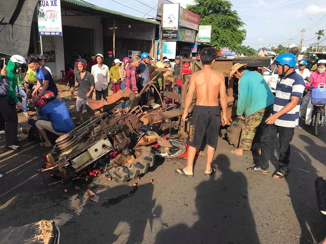 Xe máy cày gãy trục lao vào xe máy, 10 người bị thương - 1