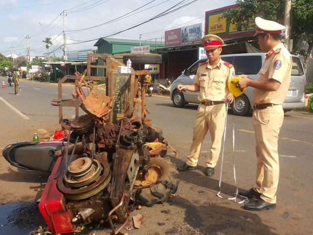 Xe máy cày gãy trục lao vào xe máy, 10 người bị thương - 2