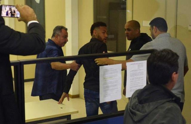 """Cô gái tố Neymar hiếp dâm bị cảnh sát """"sờ gáy"""" vì tội vu khống - 2"""