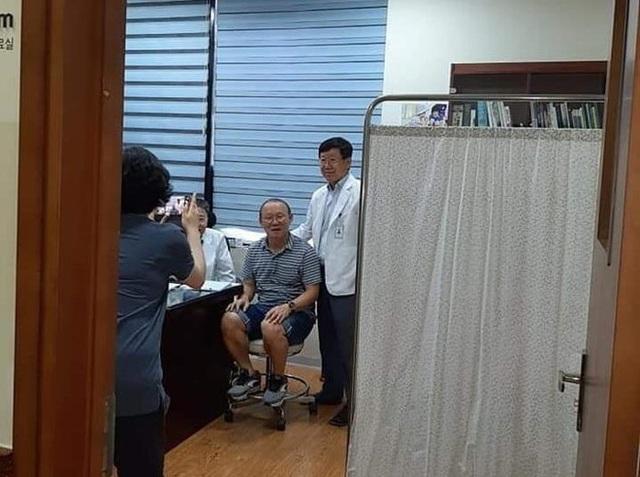 HLV Park Hang Seo đi khám sức khỏe do bị đau lưng - 2