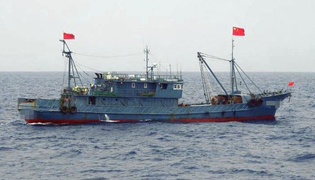 Philippines bức xúc vụ tàu Trung Quốc bỏ mặc 22 ngư dân sau va chạm trên Biển Đông - 1