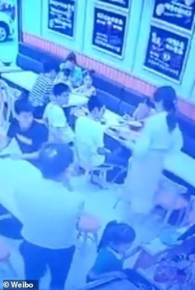 Thai phụ hất canh nóng vào mặt em bé gây ồn ào trong nhà hàng - 2