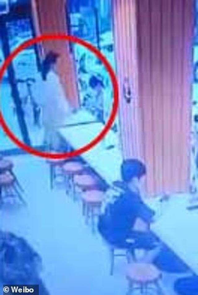 Thai phụ hất canh nóng vào mặt em bé gây ồn ào trong nhà hàng - 3