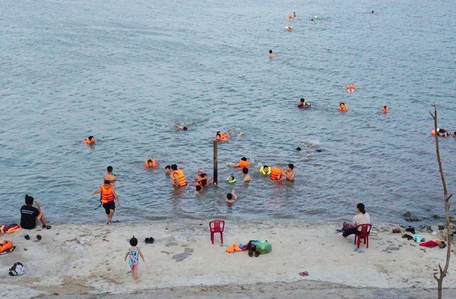 Nghệ An: Nắng nóng cực điểm, người dân đổ xô ra sông Lam tắm, tập bơi - 1