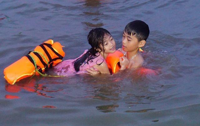 Nghệ An: Nắng nóng cực điểm, người dân đổ xô ra sông Lam tắm, tập bơi - 4
