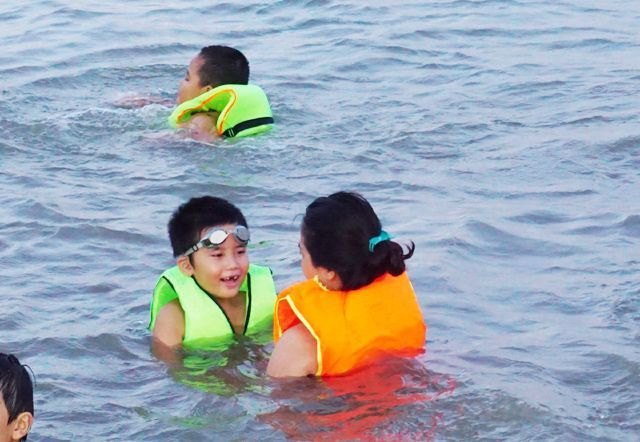 Nghệ An: Nắng nóng cực điểm, người dân đổ xô ra sông Lam tắm, tập bơi - 5