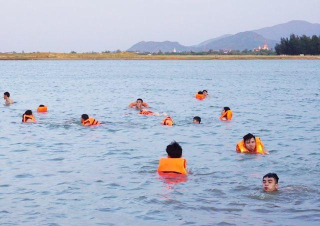Nghệ An: Nắng nóng cực điểm, người dân đổ xô ra sông Lam tắm, tập bơi - 6