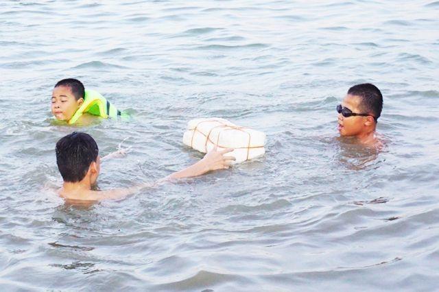 Nghệ An: Nắng nóng cực điểm, người dân đổ xô ra sông Lam tắm, tập bơi - 7