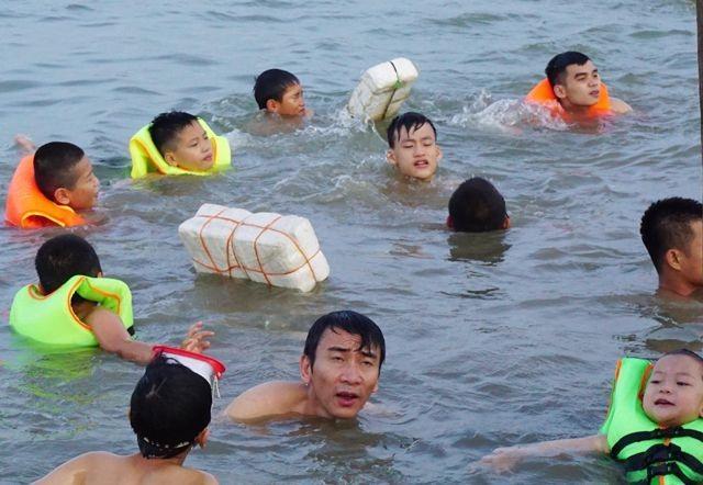 Nghệ An: Nắng nóng cực điểm, người dân đổ xô ra sông Lam tắm, tập bơi - 8