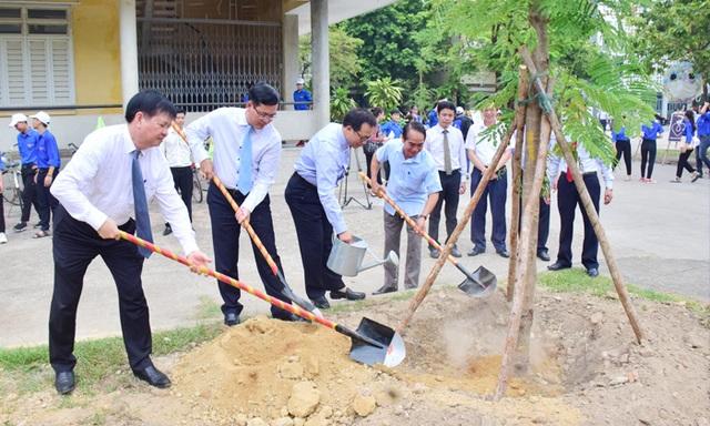 Thứ trưởng Bộ GDĐT: HS, SV và phụ huynh hãy tích cực tham gia hoạt động bảo vệ môi trường - 4