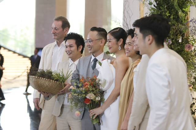 Dàn BTV VTV cùng Tuấn Hưng, Lê Hiếu, Khắc Việt chúc mừng đám cưới Phí Linh - 8