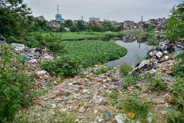 Hồ giữa trung tâm Hà Nội ngập rác thải - 4