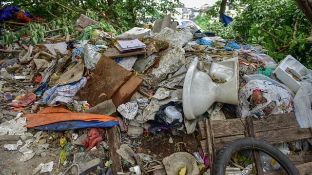 Hồ giữa trung tâm Hà Nội ngập rác thải - 5