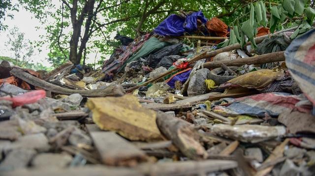 Hồ giữa trung tâm Hà Nội ngập rác thải - 9