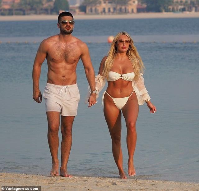 Amber Turner tình tứ bên bạn trai trên bãi biển Dubai - 1