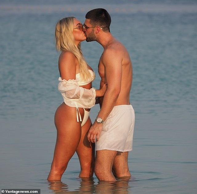 Amber Turner tình tứ bên bạn trai trên bãi biển Dubai - 10
