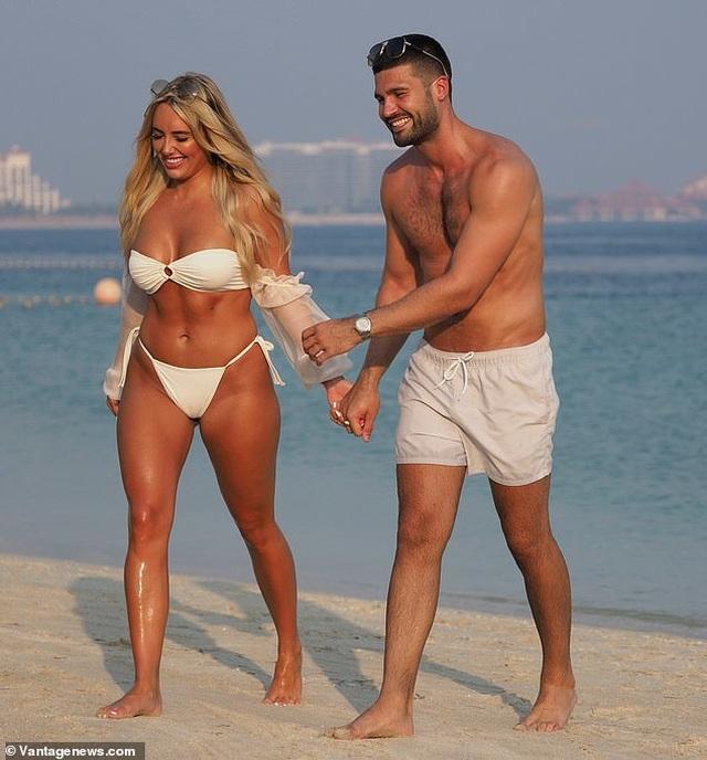 Amber Turner tình tứ bên bạn trai trên bãi biển Dubai - 2