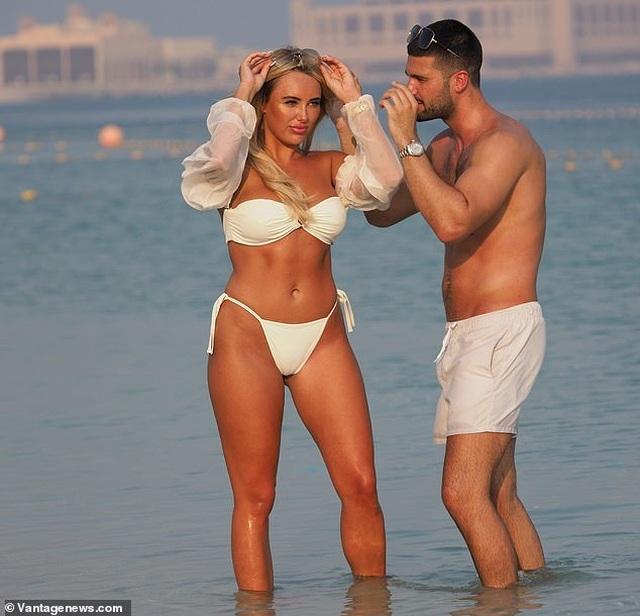 Amber Turner tình tứ bên bạn trai trên bãi biển Dubai - 12