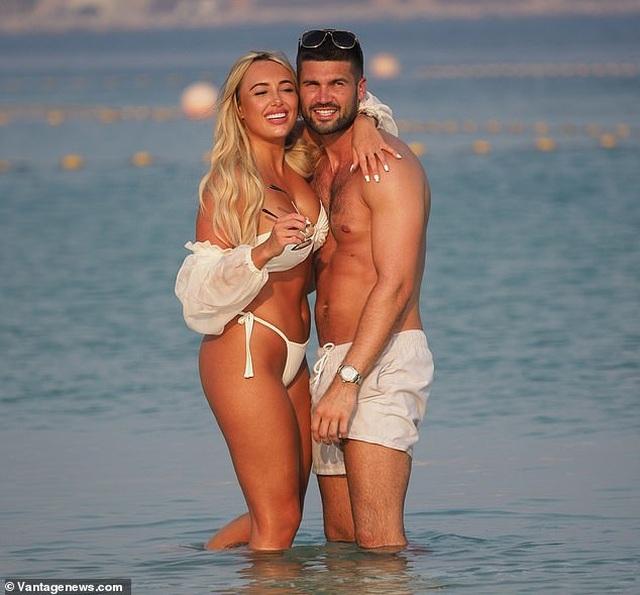Amber Turner tình tứ bên bạn trai trên bãi biển Dubai - 13