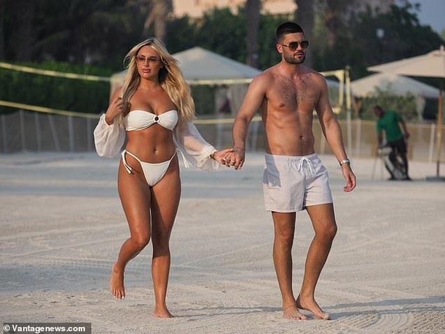 Amber Turner tình tứ bên bạn trai trên bãi biển Dubai - 9