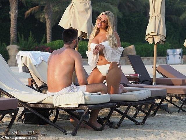 Amber Turner tình tứ bên bạn trai trên bãi biển Dubai - 4