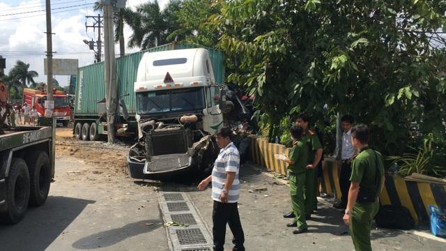 Xe container cán nát bét ô tô con, 5 người tử vong - 5