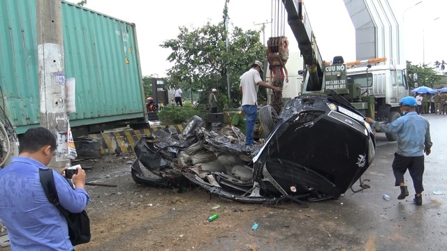 Xe container cán nát bét ô tô con, 5 người tử vong - 3