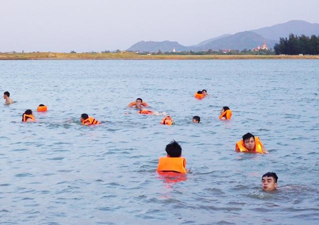 Cứu người bất thành, 2 nam sinh cùng chết đuối ngay trước ngày thi THPT quốc gia - 1