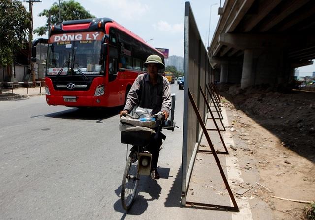 Hà Nội: Xén dải phân cách ở điểm đen ùn tắc nút giao Pháp Vân - 2