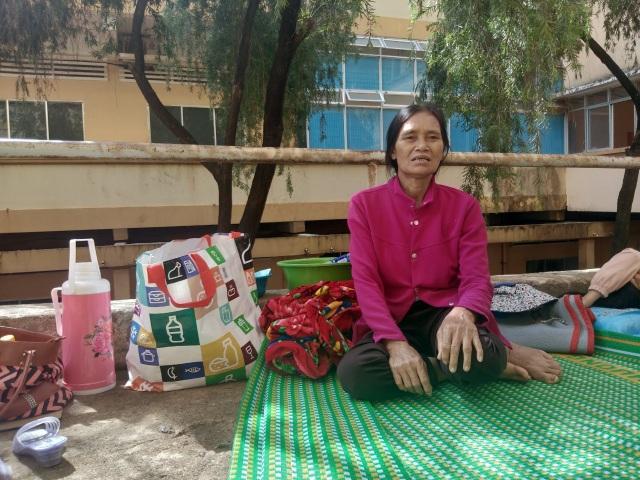 Khốn khổ vợ ung thư vật vã chăm chồng bị tai nạn giao thông gãy loạt xương sườn - 2