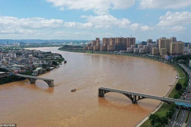 Khoảnh khắc cầu Trung Quốc đổ sập, xe lao xuống sông - 1