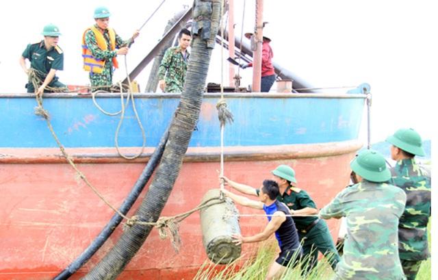 Trục vớt thành công quả bom dưới đáy sông Lam - 2