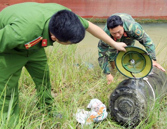 Trục vớt thành công quả bom dưới đáy sông Lam - 3