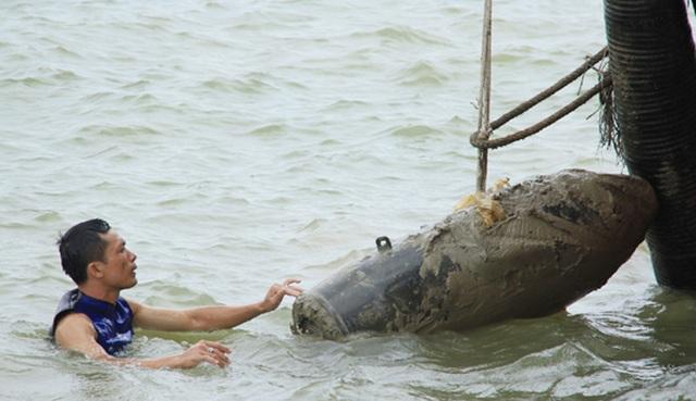 Trục vớt thành công quả bom dưới đáy sông Lam - 1