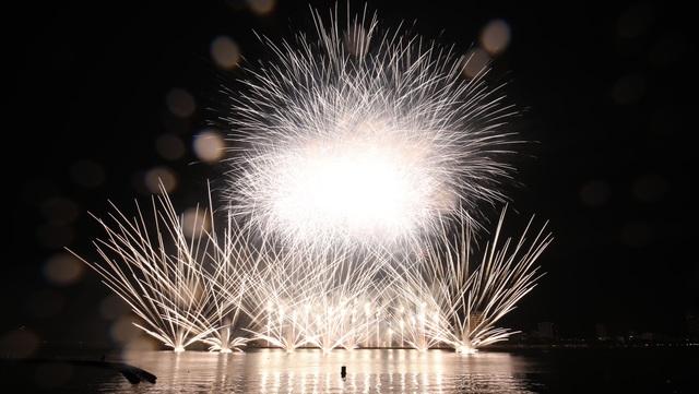 Phần Lan và Ý kể câu chuyện tình yêu bằng pháo hoa trong mưa - 1