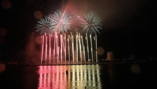 Phần Lan và Ý kể câu chuyện tình yêu bằng pháo hoa trong mưa - 5