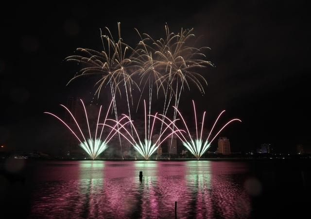 Phần Lan và Ý kể câu chuyện tình yêu bằng pháo hoa trong mưa - 6